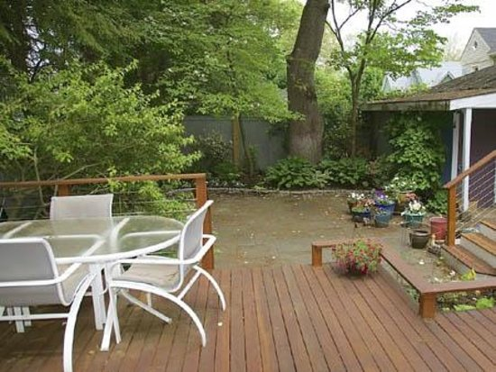 Blue Highlands Bed and Breakfast: Deck and yard