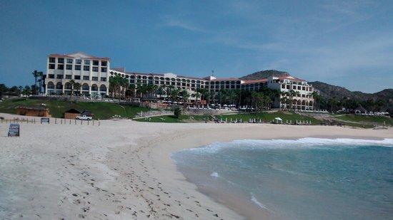 Hilton Los Cabos Beach & Golf Resort : View of the hotel from the beach