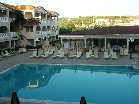 Planos Apart Hotel: Pool view from room 216