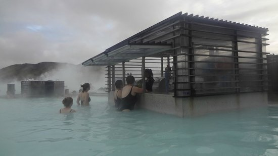 Blue Lagoon Iceland : Use your bracelet to have a beer (7€) and pay later!!!