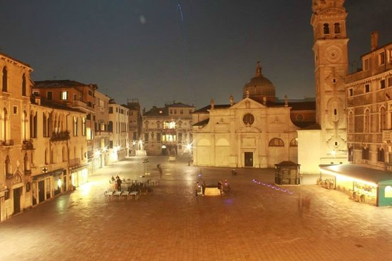 Ruzzini Palace Hotel: View from front hotel balcony of the quaint little piazza