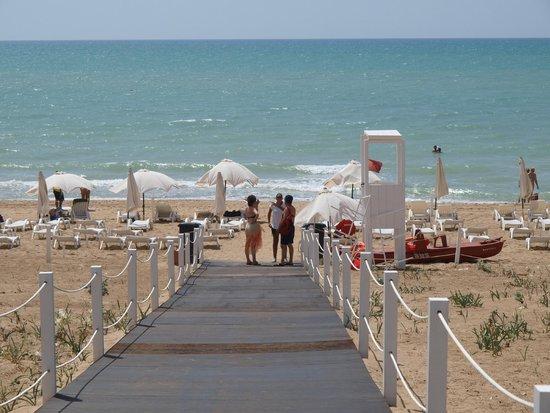 Baia di Ulisse Wellness & SPA : пляж отеля