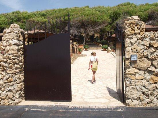 Baia di Ulisse Wellness & SPA : вход в парк отеля с пляжа отеля