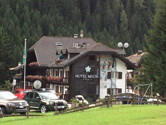 Hotel Medil Campitello: L'hotel Medil visto dalla strada principale