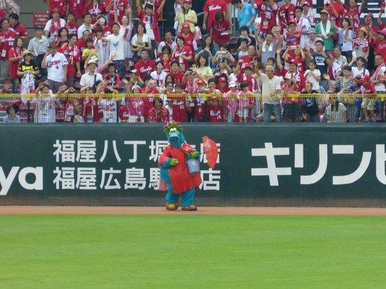MAZDA Zoom-Zoom Stadium Hiroshima: Hiroshima Toyo Carp mascot Slyly