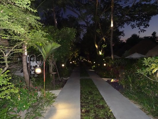 Eden Beach Bungalows : Rooms either side of the path