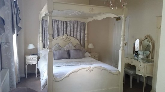 Canterbury Lodge: Pretty room, lovely for a Wedding Anniversary