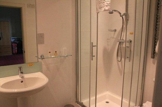 Fisher's Hotel: Habitación triple nº 116_baño