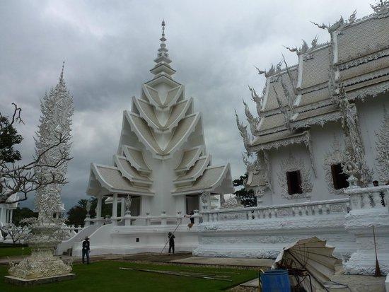 Wat Rong Khun : Ват Ронг Кхун - на территории храма