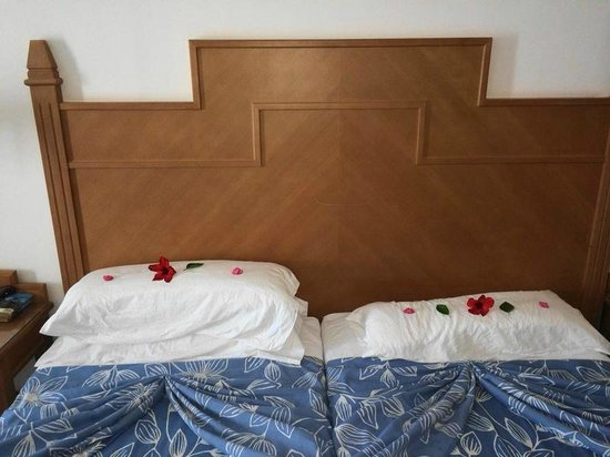 Concorde Hotel Marco Polo: flowers on the beds