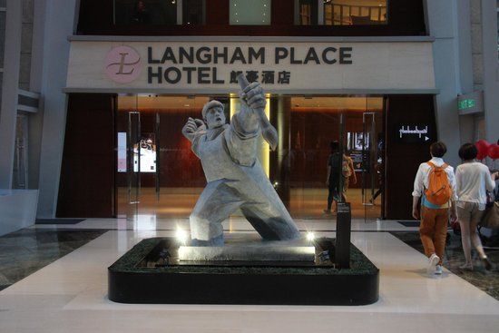 Cordis, Hong Kong: Entrance to Hotel from Langham Mall