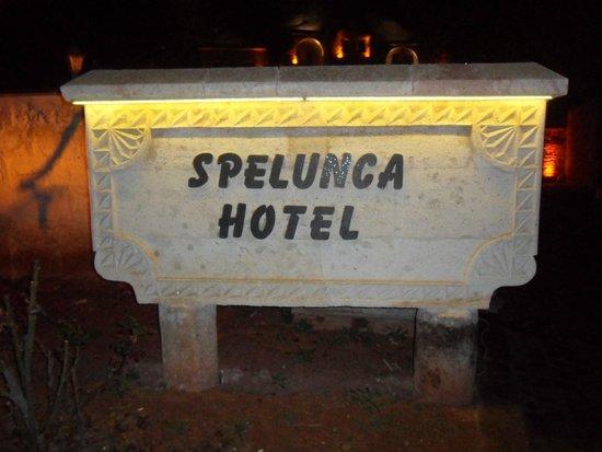 Spelunca Cave Suites: Placa com o nome do hotel