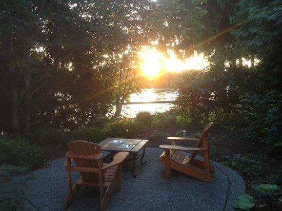 Dockside Bed & Breakfast: Sunrise over the patio