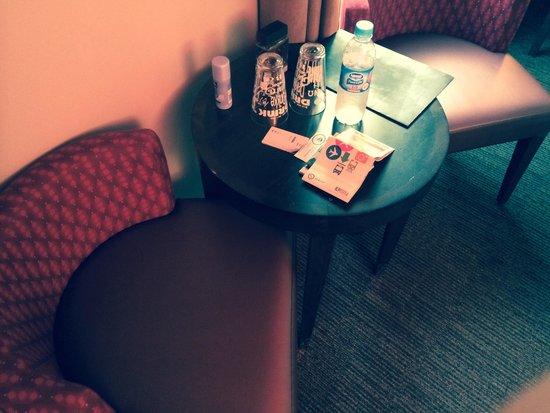 Aero Hotel : Tavolino in camera con acqua.