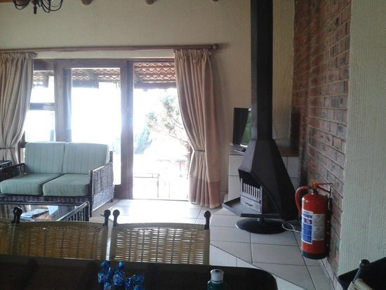 Qwantani Berg and Bush Resort : Chalet lounge with the fire place