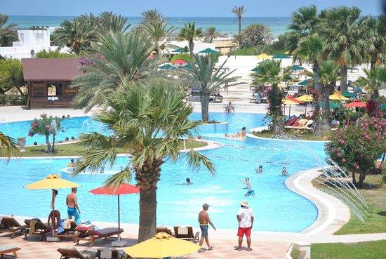 Djerba Plaza Hotel & Spa: Piscine de l'hôtel - Photo prise de la chambre 2325