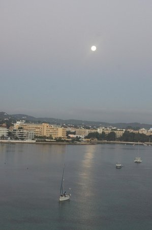 Intertur Hotel Hawaii Ibiza: The view of the Moon setting on our first morning!