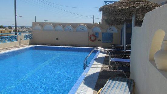 Lucia Villas: бассейн отеля