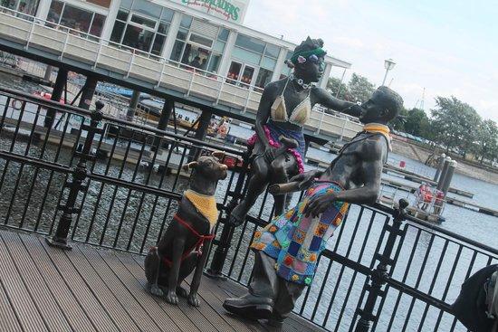 Cardiff Bay: statue