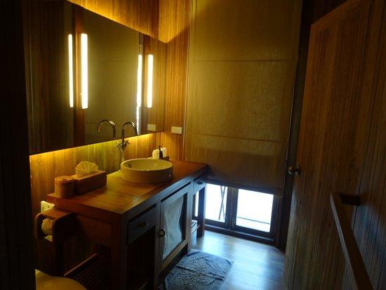 Haadtien Beach Resort: Bathroom