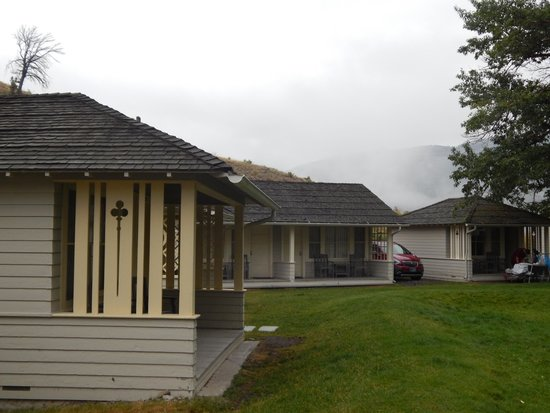 Mammoth Hot Springs Hotel & Cabins : Outside the cabin