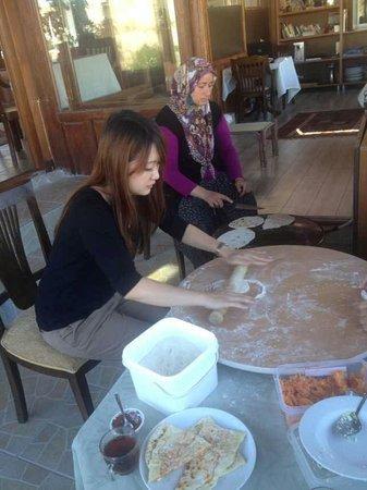 SOS Cave Hotel: 有趣的手做土耳其煎餅體驗 (有點像臺灣的蔥油餅)