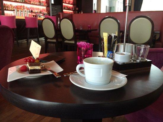 bar fifty nine im InterContinental Dusseldorf: Double espresso and chocolate cake