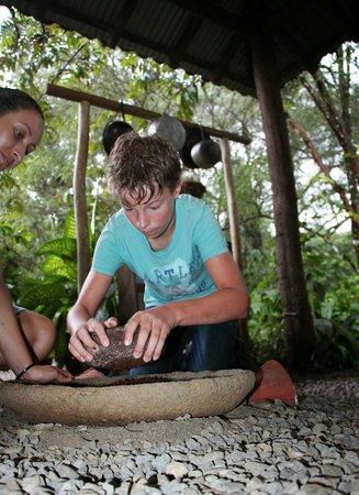 Hacienda La Isla Lodge : Graining chcocolate beans