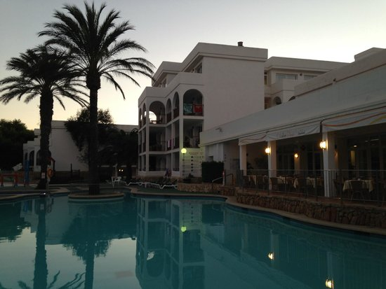 Apartamentos Cala d'Or Playa: the lovely hotel in the evening