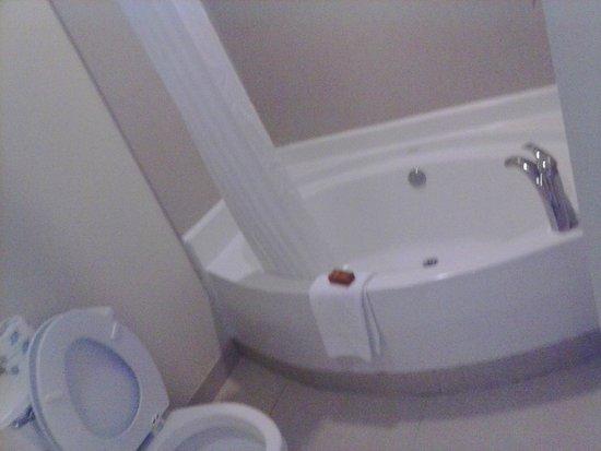 3 Palms Oceanfront Myrtle Beach : Very big bathtub