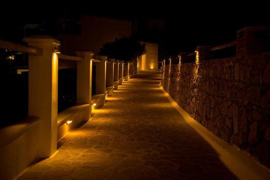 Nissaki Boutique Hotel: Hotel entry at night