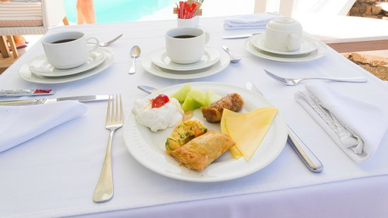 Nissaki Boutique Hotel: Breakfast by the pool