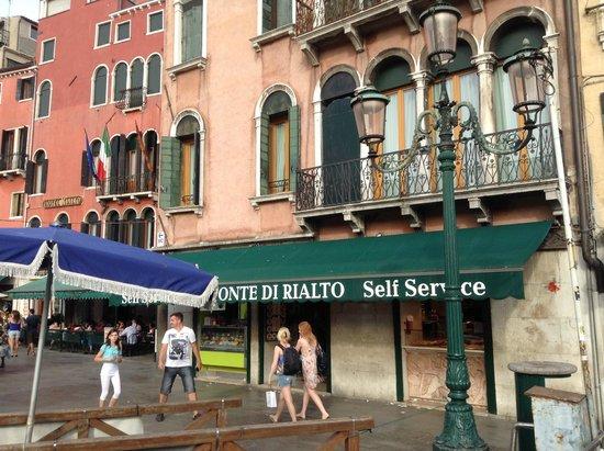 La facade avant de l 39 hotel restaurant avec sa terrasse for Hotel avec restaurant