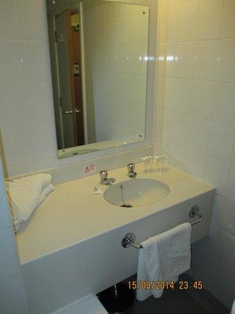 Royal National Hotel : The bathroom