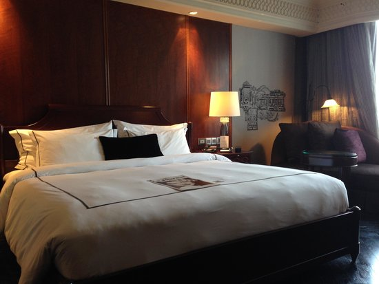 Hotel Muse Bangkok Langsuan - MGallery Collection: Comfy bed in large, quiet, elegant room