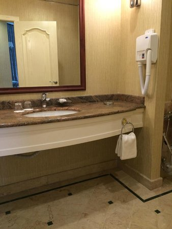 Ramada Plaza Astana: Bathroom