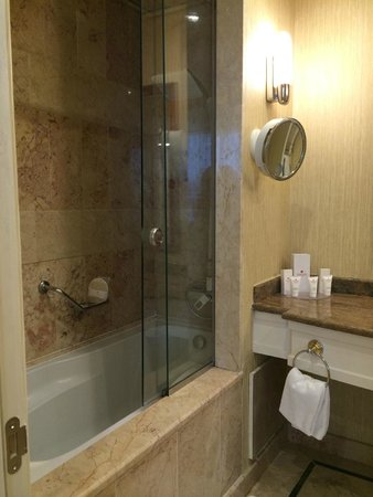 Ramada Plaza Astana: Marble bathroom