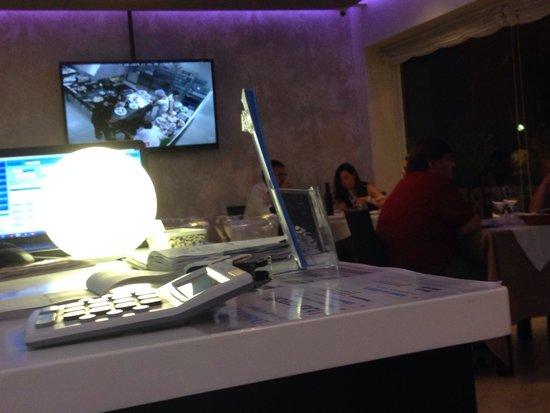 Ristorante Vivere di Mare: Cucina a vista e schermo gigante con ripresa della cucina in diretta ... Super