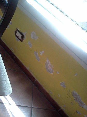 La Brace : le pareti sono scrostate, l'impressione non è ottima..