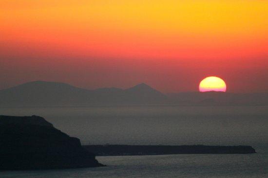 Kapari Natural Resort: santorini sunsets, every night!