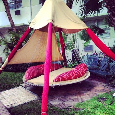 Dorchester Hotel : Floating bed
