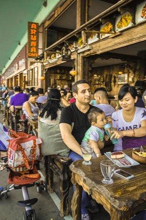 Galata Bridge: Посетители многочисленных ресторанов и кафе.