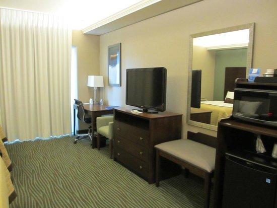 Baymont Inn & Suites Bellevue : TV, dresser and work area