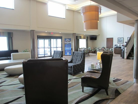 Baymont Inn & Suites Bellevue: Bright airy lobby