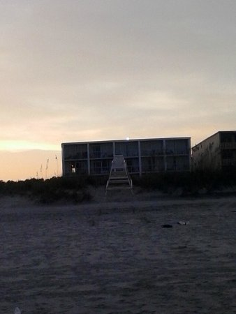 Twilight Surf Motel : View of Hotel from Beach area