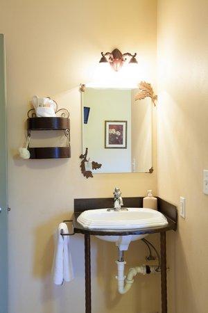Oak Street Hotel : Each private bathroom has delicate ironwork details