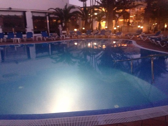 Be Live Experience Lanzarote Beach: The pool in the evening