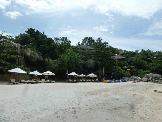Idyllic Samui Oceanfront Resort & Villas: beach shared with six senses hotel