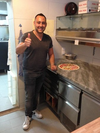 Il Casale: Guiseppe is a master pizza maker!