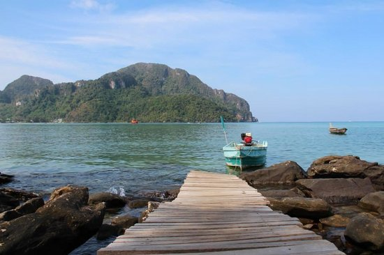 Phi Phi Sea Sky Resort : Standing on the dock